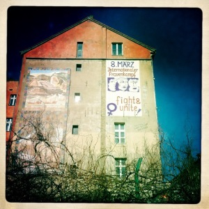 8 mars 2014 à Berlin : affiche sur un mur du quartier de Kreuzberg